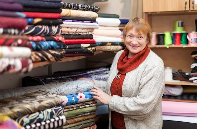 Mulher na loja de tecido