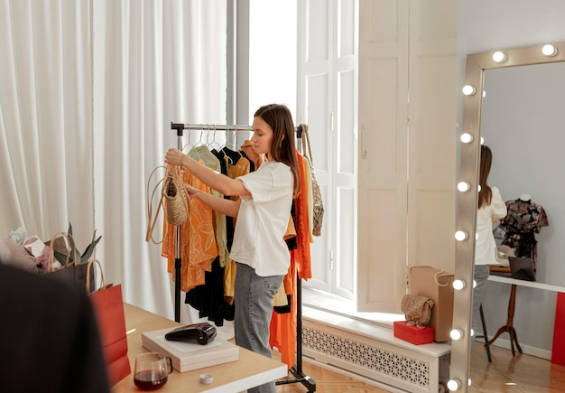 Mulher na loja experimentando roupas
