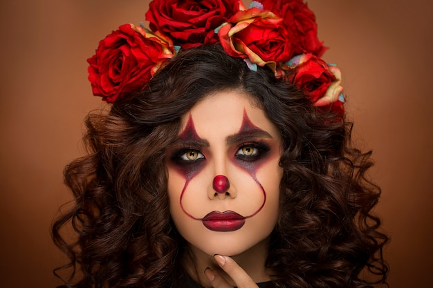Mulher na maquiagem de diabo halloween com miçangas de flores