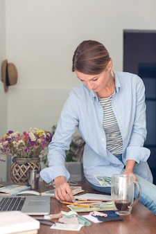 Mulher na mesa com suprimentos