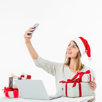 Mulher na mesa tomando selfie