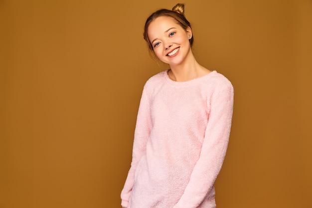 Mulher na moda em roupas rosa fofos casuais
