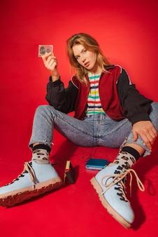 Mulher na moda estilo retro. nova tendência de volta aos anos 90