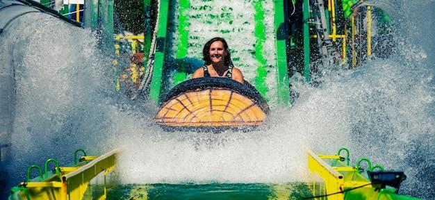 Mulher na montanha-russa do parque temático de diversões
