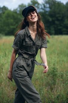 Mulher na natureza diversão terno verde viajar ar fresco liberdade