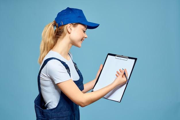 Mulher na papelada do formulário de trabalho que presta serviços carreira escritório fundo azul. foto de alta qualidade