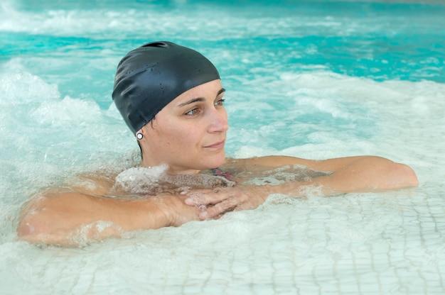Mulher na piscina