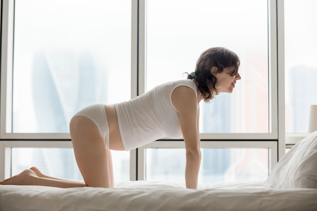 Mulher na postura de yoga