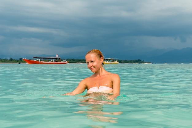 Mulher na praia da ilha tropical