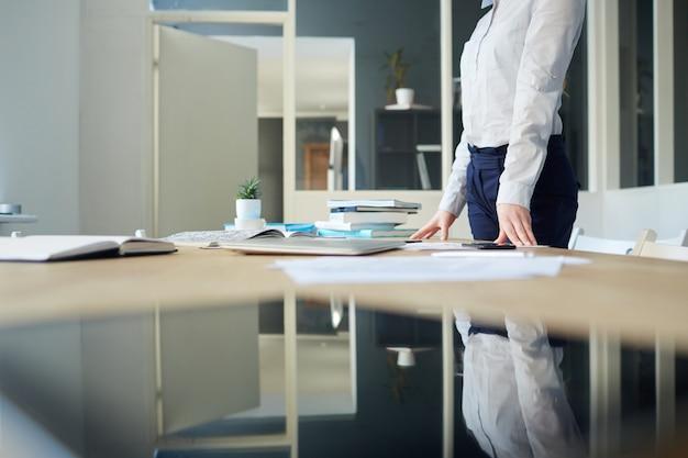 Mulher na reflexão do escritório