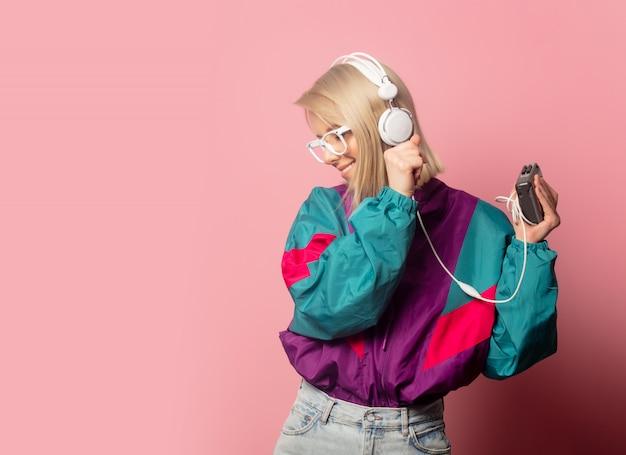 Mulher na roupa dos anos 90 com fones de ouvido