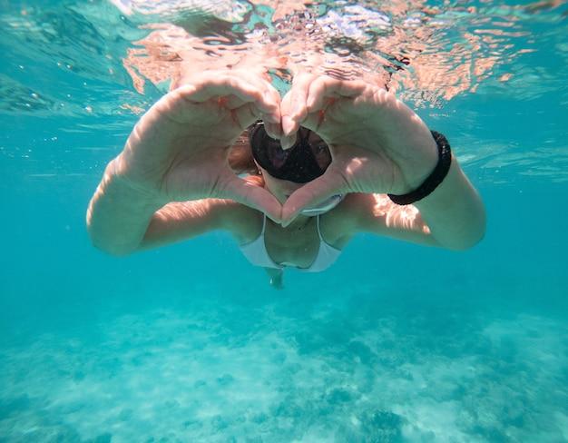 Mulher nadando debaixo d'água. conceito sobre férias e natureza