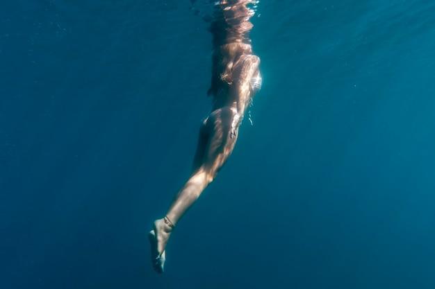 Mulher nadando sob o oceano