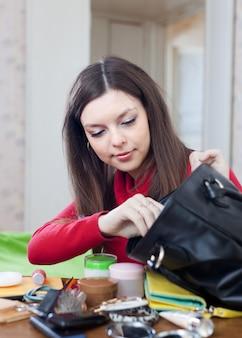 Mulher não consegue encontrar nada em sua bolsa