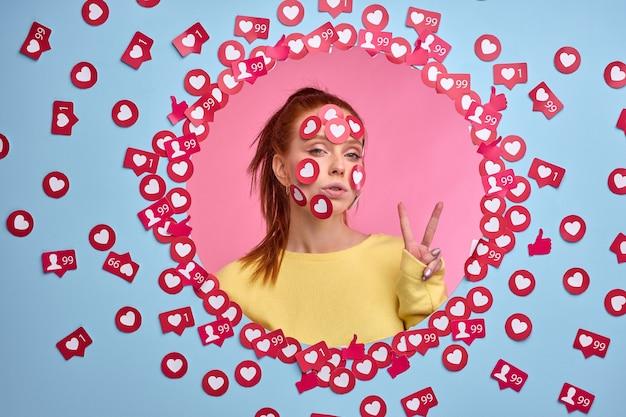 Mulher narcisista adora atenção, na internet. retrato de mulher ruiva entre botões de curtir