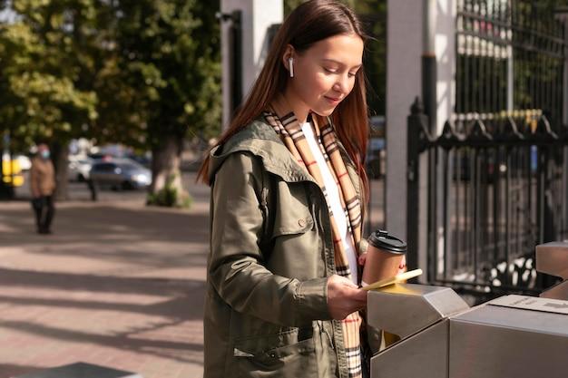 Mulher nas catracas usando seu cartão