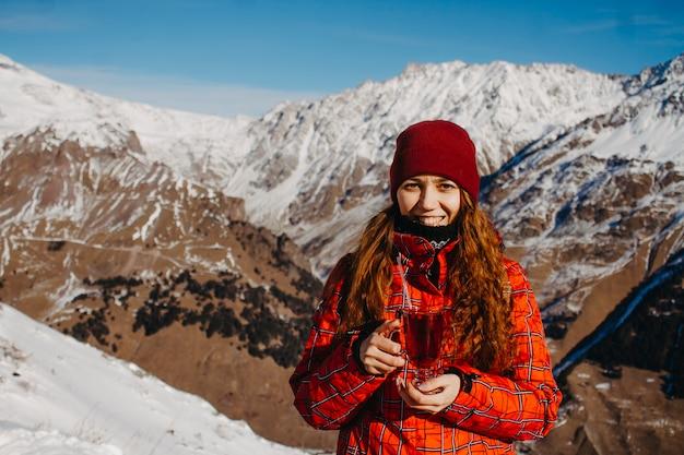 Mulher nas montanhas com chá.