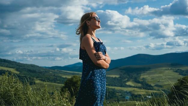 Mulher nas montanhas na hora do dia ensolarado. belo fundo de montanha natural