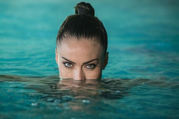 Mulher, natação piscina