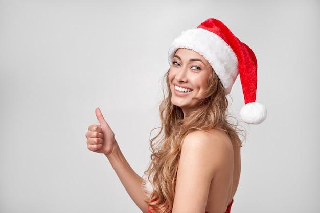 Mulher natal chapéu branco fundo de estúdio