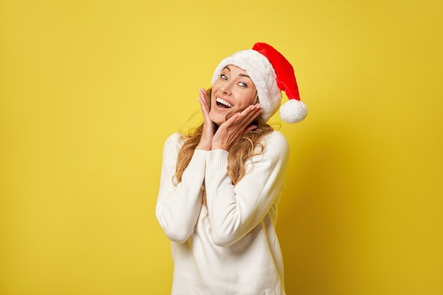 Mulher natal sants chapéu suéter amarelo fundo do estúdio