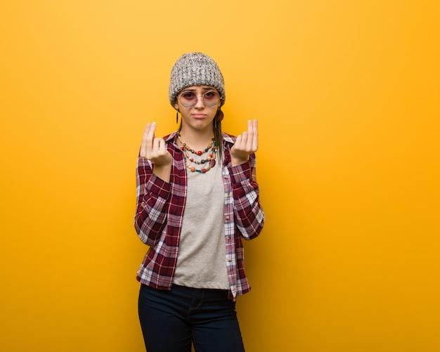 Mulher natural jovem hippie fazendo um gesto de necessidade