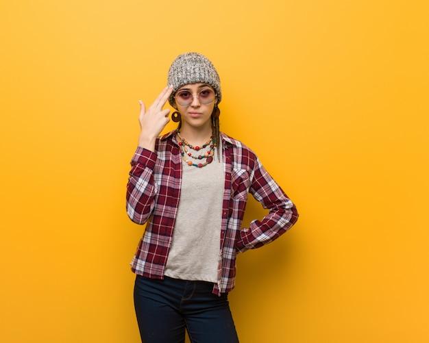 Mulher natural jovem hippie fazendo um gesto de suicídio