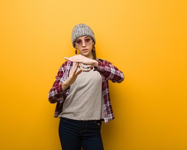 Mulher natural jovem hippie fazendo um gesto de timeout