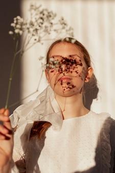 Mulher natural, segurando flores