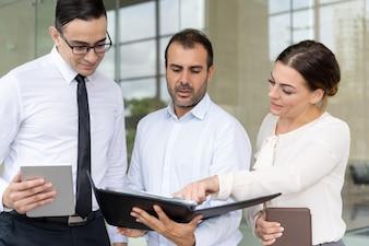 Mulher negócio, apontar, documento, em, mãos, de, coworker