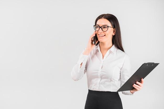 Mulher negócio, com, área de transferência, falando, por, telefone