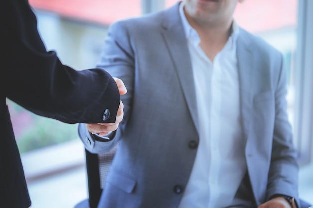 Mulher negócio, com, confiança, aperto mão, com, sócio