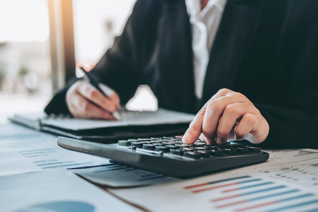 Mulher negócio contabilidade investimento financeiro, ligado, calculadora custo negócio econômico, e, mercado