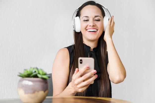 Mulher negócio, desfrutando, algum, música