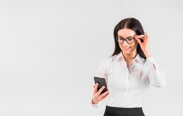 Mulher negócio, em, óculos, usando, smartphone