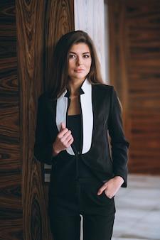 Mulher negócio, em, terno preto