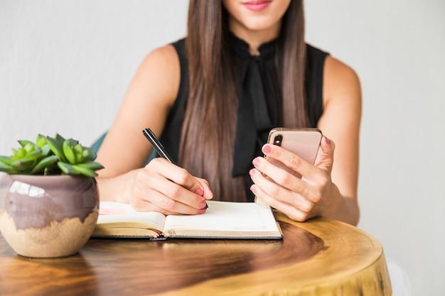 Mulher negócio, escrita, de, telefone