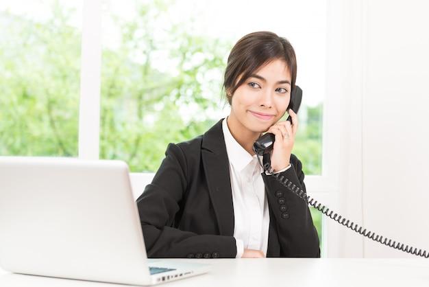 Mulher negócio, falando, cellphone