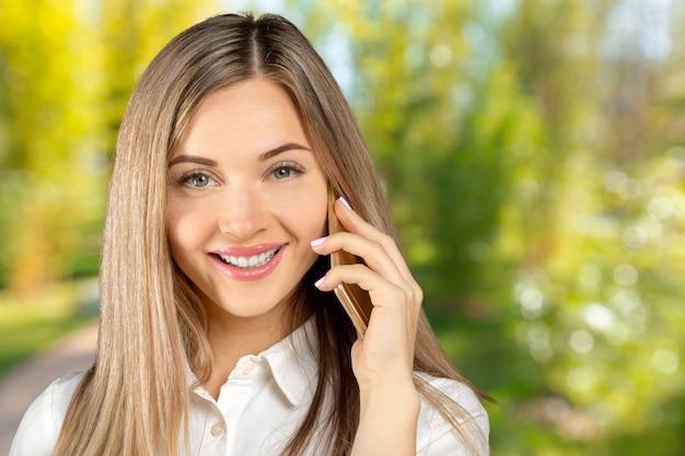 Mulher negócio, falando, ligado, dela, telefone móvel