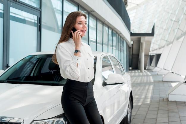 Mulher negócio, falando, por, telefone