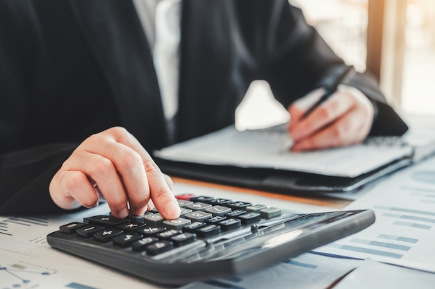 Mulher negócio, fazendo, contabilidade, com, calculadora
