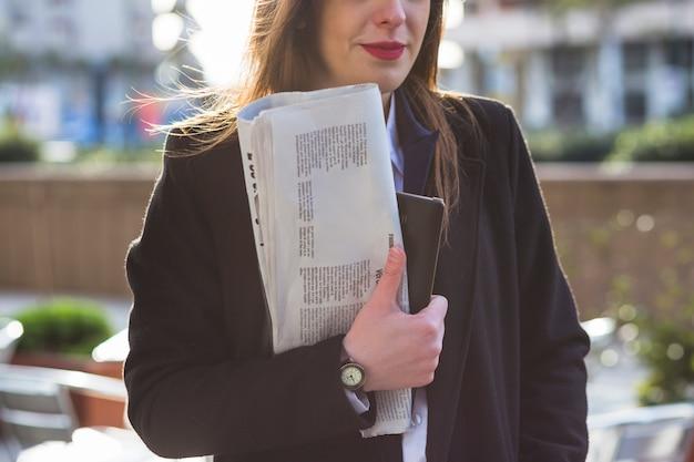 Mulher negócio, ficar, com, jornal, exterior