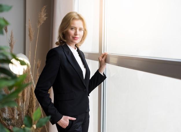 Mulher negócio, ficar, em, janela