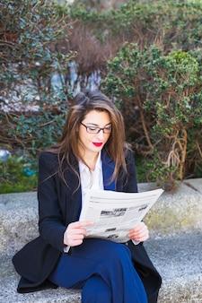 Mulher negócio, jornal leitura, exterior
