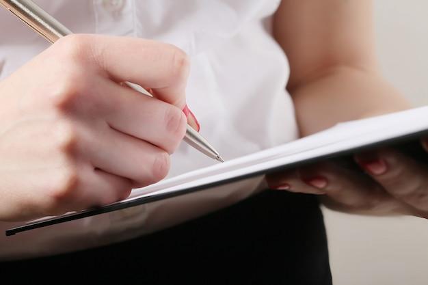 Mulher negócio, levando, notas negócio