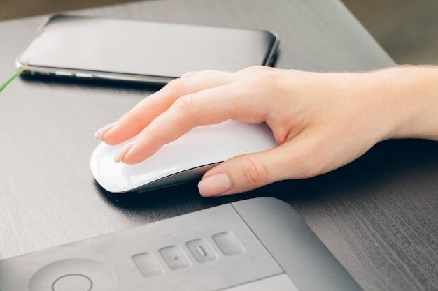 Mulher negócio, no trabalho, com, laptop, cima