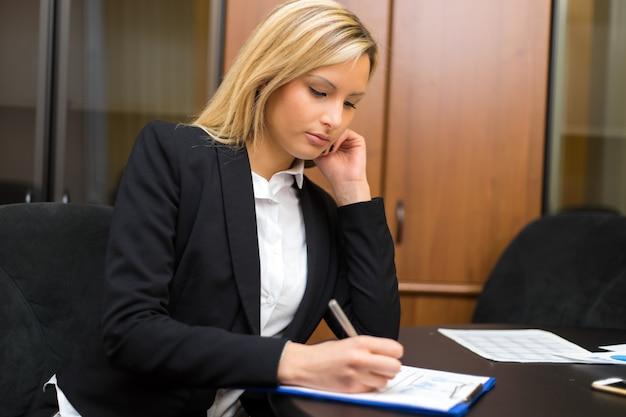 Mulher negócio, no trabalho, em, dela, escritório