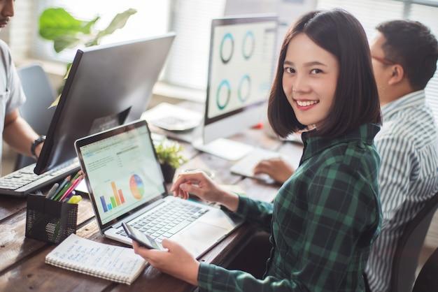 Mulher negócio, reunião, com, colegas, em, escritório