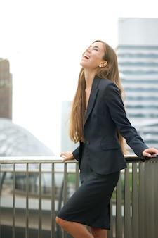 Mulher negócio, rir, cidade