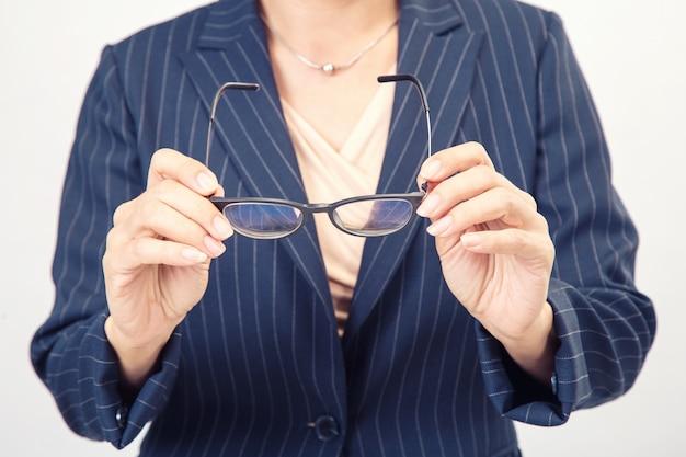 Mulher negócio, segurar um óculos